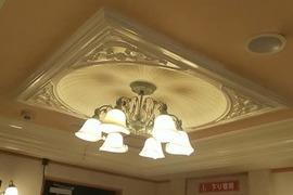 熊本ホテル 玄関口天井クロス張替え工事の施工前画像