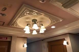 熊本ホテル 玄関口天井クロス張替え工事の施工後画像