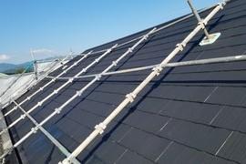 厚膜下塗り材使用 急勾配コロニアル屋根塗装工事の施工前画像