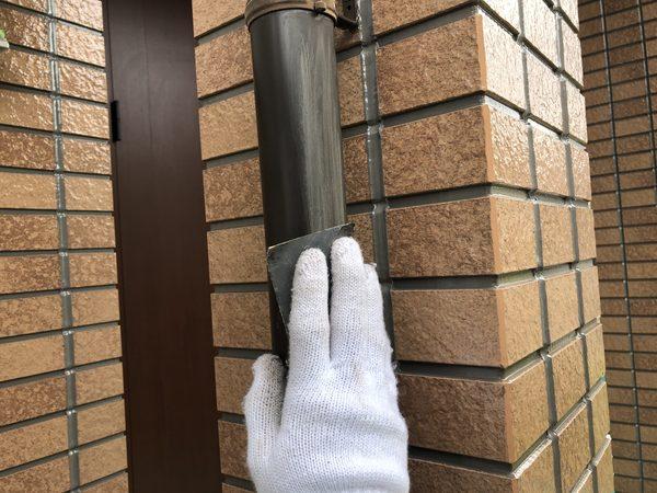 熊本市南区・外壁塗装工事(縦樋上塗り・ケレン状況)