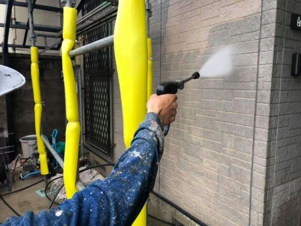 住宅外壁塗装にて白亜化(チョーキング)現象が酷い場合高圧洗浄だけでは処理できません・宮本建装