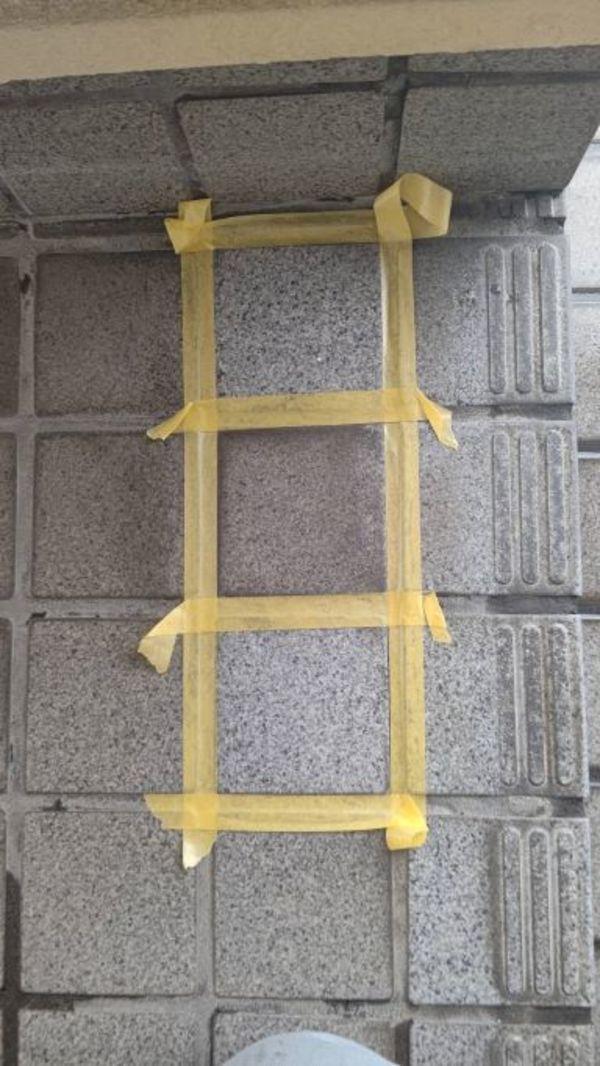 熊本住宅をタイル特殊洗浄剤にて玄関周りのタイルの黒ずみを除去-宮本建装-
